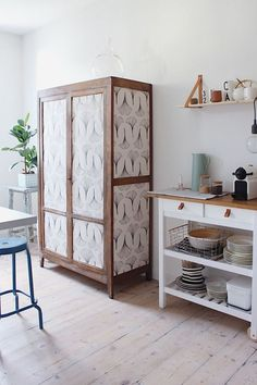 Old furniture makeover: 15 ideas for a makeover - A dresser revamped with some scraps of wallpaper Decor, Cute Furniture, Furniture Hacks, Creative Furniture, Upcycled Furniture, Diy Garden Furniture, Rustic Furniture, Furniture Makeover, Furnishings