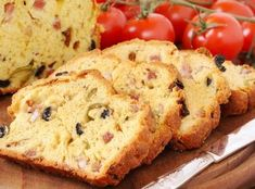 Savoury cake with olives and salami Kebab Recipes, Appetizer Recipes, Cake Recipes, Tapas, Grilled Steak Salad, Chunky Peanut Butter, Lemon Butter Sauce, Salty Cake, Food Now
