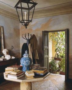 Traditional hallway featured in World of Interiors Design Entrée, House Design, Design Ideas, Beautiful Interiors, Beautiful Homes, Beautiful Wall, Milan Apartment, Entry Foyer, Rustic Entryway