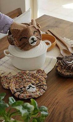 Crochet Cat Oven Mitt and Pot Holders ~ Free Pattern Diy Tricot Crochet, Crochet Gifts, Cute Crochet, Crochet Hooks, Potholder Patterns, Crochet Potholders, Crochet Patterns, Crochet Hot Pads, Crochet Patron