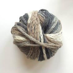 Ovillo de lana de colores mezclados