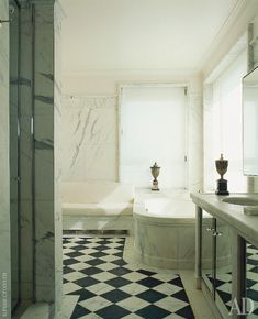 Ванные комнаты отделаны мрамором и напоминают римские купальни.