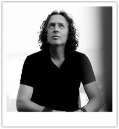 Jan Willem Alphenaar is kennisdeler. Via blogs, columns, e-books, boeken, trainingen, workshops en lezingen brengt hij zijn kennis, ervaring...