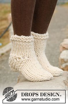 """Socks & Slippers - Free knitting patterns and crochet patterns by DROPS DesignEasy beginner project: Knitted DROPS socks in """"Polaris"""". ~ DROPS Design-great first pair to practice on!Knitted DROPS socks in """"Polaris"""". ~ DROPS Design: 8 sts x 10 Knitting Socks, Loom Knitting, Knitting Stitches, Free Knitting, Knit Socks, Knitted Slippers, Crochet Slippers, Knit Or Crochet, Slipper Socks"""
