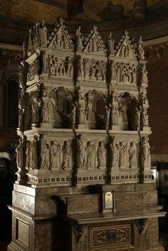 Arca di Sant'Agostino in San Pietro in ciel d'Oro.1362. Maestri Campionesi. Commissionata  dal priore degli Agostiniani Bonifacio Bottigella.