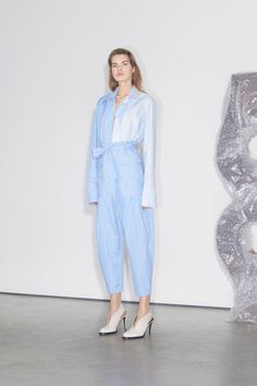 The complete Stella McCartney Pre-Fall 2018 fashion show now on Vogue Runway.