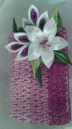 Banda para el cabello flor blanco y lila.