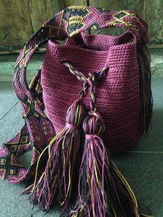 DESCRIPCION Este hermoso Morral tejido a mano por Artesanos Mexicanos en zona Maya, es unico y diseño exclusivo de Otomiartesanal, quien para su creación se ha inspirado en la idea original de la bella bolsa Wayuu de Colombia y Venezuela. El increíble diseño del Tejido de su Asa es Tapestry Crochet, Knit Crochet, Sacs Tote Bags, Mochila Crochet, Crochet Purses, Embroidery Techniques, Knitted Bags, Hand Knitting, Straw Bag