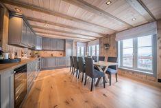 Nydelig kjøkken med beiset panel fra Vyrk Valdres Kitchen Dining, Real Estate, Table, Inspiration, Furniture, Home Decor, Kitchens, Beige, Terrace