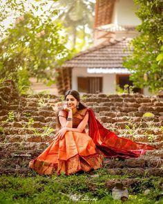 Friend Poses Photography, Indian Wedding Photography Poses, Beach Photography, Girl Pictures, Girl Photos, Stylish Photo Pose, Saree Poses, Saree Photoshoot, Photoshoot Fashion
