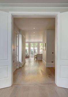 murs et portes blancs et parquet flottant en bois blanchi