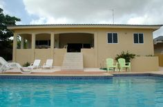 Achterkant van het huis met porch en zwembad.