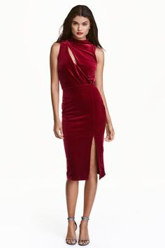 Sleeveless velour dress: Sleeveless dress in velour with a small stand-up collar, a diagonal slash front and back, seam at the waist with elastication and gathers at the top and a slit in the side. Concealed zip at the side.