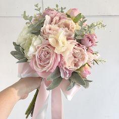 Bouquet for bride! 淡いピンクのシャクヤクがメインのクラッチブーケ。WDと淡いミントグリーンのドレスに合わせてお持ちになるそうです。溶け込むような柔らかな色合いで。 いいお天気で良かったです。素敵な1日を、そしてお幸せに♪ * * #lesfavoriswedding #wedding #bridal #weddingbouquet #オリジナルウェディング #ホテル婚 #前撮り #後撮り #結婚準備 #プレ花嫁 #2017夏婚 #2017秋婚 #2017冬婚 #2018春婚 #2018夏婚 #クラッチブーケ #ブーケレッスン #ワークショップ #アーティフィシャルフラワーブーケ #プリザーブドフラワーブーケ #ドライフラワーブーケ #workshop #wedingflowers #artificialflower #preservedflowers #dryflower #花嫁diy #shimokitazawa #rainbowsoko3