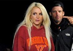 22-Nov-2013 21:02 - AMERIKANEN WOEDEND OP BRITNEY SPEARS. Heel Amerika is woedend op Britney Spears. Tijdens de opnames van haar nieuwe clip, waarin de popzangeres er lustig op los schiet, kwam ze opdagen met een pull van Virginia Tech. Nu is dat net de universiteit waar in 2007 32 leerlingen doodgeschoten werden.
