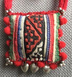 Collier textile Bobo rouge tonique. par VeronikB sur Etsy