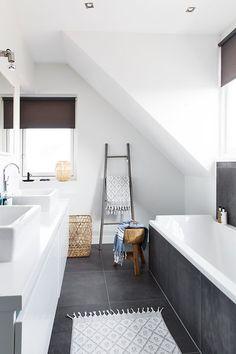 Badezimmer mit grauen Fliesen