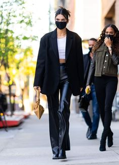 Kendall Jenner Casual, Kendal Jenner Street Style, Kendall Jenner Clothes, Kendall Jenner Fashion, Kylie Jenner, White Crop Top Tank, Trouser Outfits, Trendy Outfits, Celebrity Style