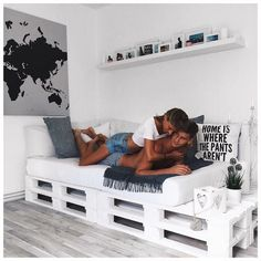 Nuestra habitación es el lugar más sagrado de nuestra casa y por lo tanto siempre debemos de preocuparnos por tenerla acondicionada de una forma que nos haga sentir relajadas y felices. Yo sé que cada mujer es muy distinta y para todo hay gustos, pero hoy en específico me enfocaré en mostrarles unas decoraciones e …