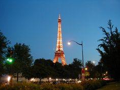 France: Paris:  Champ de Mars & la tour Eiffel