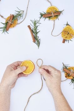 Homemade holiday decorations DIY orange garland with rosemary and cinnamon stick. Homemade holiday decorations DIY orange garland with rosemary and cinnamon sticks # Navidad Simple, Navidad Diy, Winter Christmas, Christmas Holidays, Christmas Ornaments, Natural Christmas Decorations, Christmas Design, Christmas Kitchen, Xmas Decorations