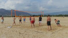 En nuestro Camapamento de Kitesurf nuestros niños y adolescentes se lo pasan genial realizando otros deportes. En la foto podemos ver como juegan al Voleyplaya. Y es que en el campamento TKS nos encantan los deportes. Infórmate de como poder disfrutar en http://www.tarifakitesurfcamp.com/