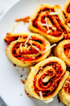 We all seem to be in unanimous agreement: fathead pizza is delicious. So what about fathead pizza rolls? I think you guys are going...