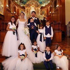 Aquele porta retrato da vida! Obrigada amigos que emprestaram seus filhos amados para abençoar nosso casamento Escolhi um vestido bem clássico, tipo nuvem! Saia gigante de tule com laço na frete em azul marinho, cor da igreja e do terno do noivo! Elas não estavam umas princesas? O vestido das damas é da @dtonettibambini #casamentolalaediegosala ( foto @fernandascuracchio )
