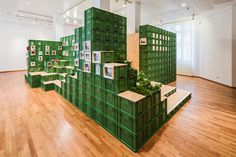 – studio for change 2015 stacks vegetable crates for exhibition in germany photography by yannick wegner team: robin lang, wulf kramer curatorship: theresia kiefer (wilhelm-hack-museum) Exhibition Stand Design, Exhibition Display, Exhibition Space, Museum Exhibition, Design Set, Display Design, Tienda Pop-up, Stand Feria, Vegetable Crates