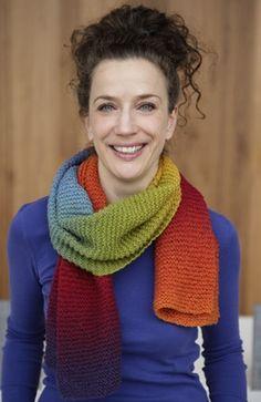 """Halstørklædet er strikket af et enkelt, stort nøgle garn med """"selvstribende"""" effekt"""