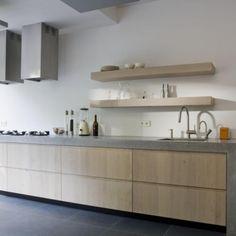 Plankjes ipv bovenkastjes met houten kastjes en grijze betonnen werkblad