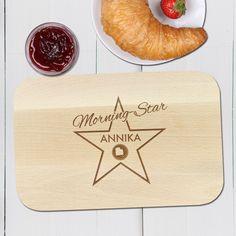 Nach dem Aufstehen sieht man ja oft nicht am besten aus - unser Morning Star - Frühstücksbrett mit Gravur - Personalisiert erinnert daran, dass ein echter Star auch schon vor dem ersten Kaffee einer ist.