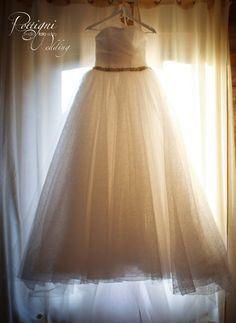 Abito da sposa in organza glitterata per Chiara con ampia gonna arricciata e bustino con scollo a cuore, luminosa cintura in vita