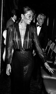 Diana Ross at the Waldorf Astoria Hotel in 1978 attending the Motion Picture Pioneer of the Year Awards dinner honoring Dr. Stein was the founder of an entertainment empire that began with MCA, the talent agency turned music and film. 70s Fashion, Vintage Fashion, Studio 54 Fashion, Seventies Fashion, Womens Fashion, Fashion Brands, Beyonce, Vintage Black Glamour, Mode Vintage