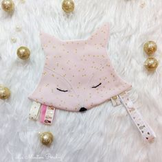 To attach the pacifier or teething ring. This blanket pacifier will be very useful for baby to fall asleep and wash always on hand. Each Doudou is unique thanks to ribbons always Diy Baby Gifts, Baby Crafts, Baby Sewing Projects, Sewing For Kids, Handmade Baby, Handmade Toys, Montessori Baby Toys, Dou Dou, Baby Sheets