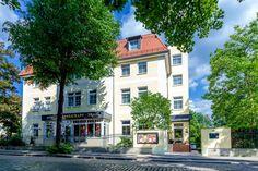 """Unser 3-Sterne-Superior Hotel PRIVAT steht in einer der schönsten deutschen Städte, in der sächsischen Landeshauptstadt Dresden. In einer zentralen und trotzdem ruhigen sowie grünen Lage, liegt unser Haus in dem Villenviertel """"Preußisches Viertel"""", das sich auf der Neustädter Seite befindet. Villa, Hotels, Dresden, Mansions, House Styles, Home Decor, Tips, Single Bedroom, Smoking"""