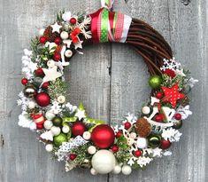Christmas wreath Ideas for new season - Diy & Decor Selections Christmas Reath, Noel Christmas, Christmas Trends, Christmas Inspiration, Christmas Door Hangings, Christmas Decorations, Garland Hanger, Holiday Crafts, Holiday Decor