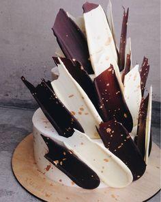 Black and White Brushstroke Cake Pretty Cakes, Beautiful Cakes, Amazing Cakes, Food Cakes, Cupcake Cakes, Brushstroke Cake, Types Of Cakes, Drip Cakes, Cake Toppings