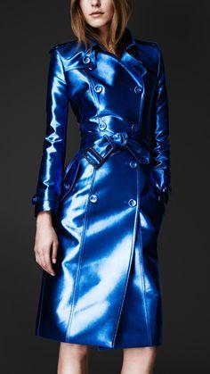 Bright Metallic Trench Coat in Electric Blue (Burberry) ¿por que no un saco así para hombre?