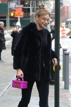 Gigi Hadid shopping in NY Gigi 2, Bella Hadid Outfits, Bella Hadid Style, Img Models, Stylish Girl, Color Negra, Flare Jeans, Pretty People, Vogue