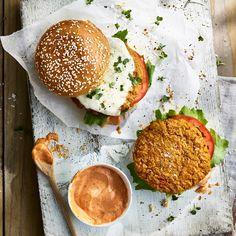Kichererbsen, Kurkuma, Koriander – so lecker orientalisch können Veggie-Burger sein! #ErweckeDeineFantasie #MeinKenwoodMoment #BBQ #Grillen Sauce Sriracha, Tostadas, Veggie Recipes, Healthy Recipes, Clean Eating Dinner, Quinoa, Food Inspiration, Food Processor Recipes, Vegetarian Meals