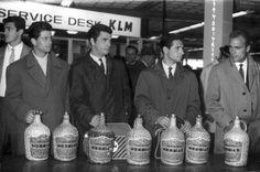 Equipa do Benfica, Amsterdão, alfândega do aeroporto de Schiphol.  80 litros. 29 de Abril de 1962. Quatro dias depois, o Benfica dava 5-3 ao todo poderoso Real Madrid e conquistava pela segunda vez consecutiva a Taça dos Campeões Europeus. Foi a primeira final de Eusébio que marcou dois golos.