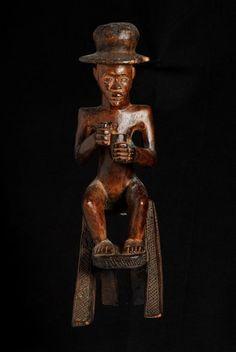 Statue de chef assis a chapeau - Chokwe - Angola 184.jpg - Statue de chef assis avec un chapeau européen - bossard statue chef angola chokwe- Angola 184