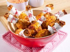 Unser beliebtes Rezept für Hähnchenkeulen mit Paprika-Dip und mehr als 55.000 weitere kostenlose Rezepte auf LECKER.de.