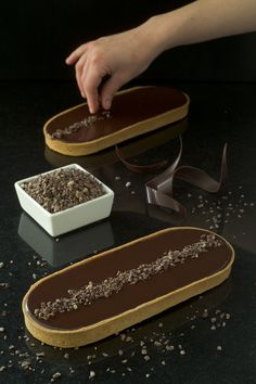 Tarte au chocolat (Olivier BAJARD) Maybe use cacao nibs instead of chocolate pieces Köstliche Desserts, Plated Desserts, Delicious Desserts, Desserts Printemps, Decoration Patisserie, French Patisserie, Pastry Art, Beautiful Desserts, French Pastries