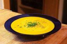 Kürbissuppe ist ein Muss im Herbst. Bereiten Sie diese vegane Suppe doch mal mit diversen Kürbissorten zu. So erleben Sie die Vielfalt des Herbstes.