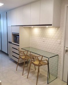 Cozinha super elegante em tons neutros de bege e branco. Condo Interior, Interior Design Kitchen, Kitchen Dining, Kitchen Decor, Minimalist Kitchen, Cuisines Design, Home Renovation, Sweet Home, House Design