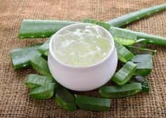 Aloe vera is one of the best natural remedies that you can offer your skin. Having an aloe vera plant in your home has many benefits. Aloe Vera Skin Care, Aloe Vera Face Mask, Aloe Vera For Hair, Aloe Vera Creme, Aloe Vera Gel, Best Beauty Tips, Beauty Hacks, Relleno Facial, Droopy Eyelids