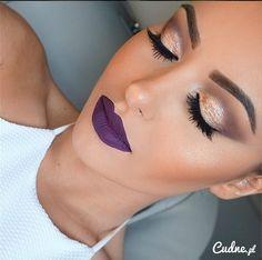 Mocny makijaż z fioletowymi ustami