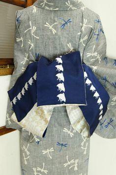 深い海のような紺青に、銀白の千鳥が縞のように並んだレトロモダンな半幅帯です。 #kimono